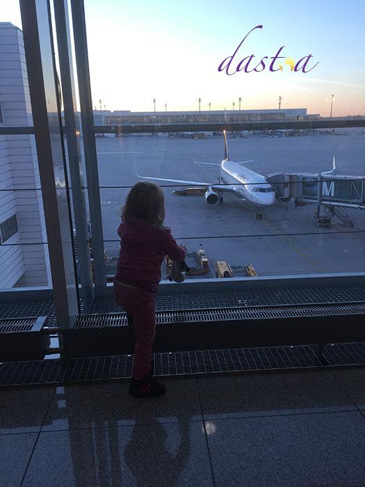 Flug für eine Fernreise mit Kindern planen